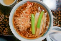 Grano saraceno caldo con la tempura del gamberetto, fuoco selettivo Fotografie Stock Libere da Diritti