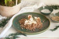 Grano saraceno con i funghi in salsa di panna acida immagine stock libera da diritti