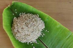 Grano tagliuzzato del riso sulla foglia della banana Fotografia Stock