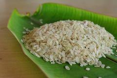 Grano tagliuzzato del riso sulla foglia della banana Immagini Stock