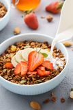 Granola με την έκχυση του γάλακτος, της μπανάνας και των φραουλών στοκ φωτογραφίες