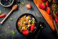 Granola με τα καρύδια, τα φρέσκα μούρα και τα φρούτα στοκ φωτογραφία