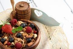 Granola με το φυσικό γιαούρτι, φρέσκα βακκίνια, καρύδια και μέλι, στοκ φωτογραφία με δικαίωμα ελεύθερης χρήσης