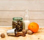 Granola в опарнике плодоовощ и бутылки молока Стоковые Фото