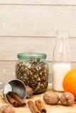 Granola в опарнике плодоовощ и бутылки молока Стоковая Фотография RF