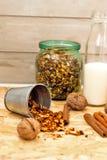 Granola в опарнике плодоовощ и бутылки молока Стоковое Изображение RF