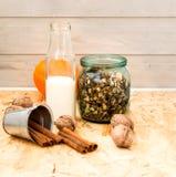 Granola в опарнике плодоовощ и бутылки молока Стоковое Фото
