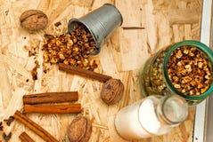 Granola в опарнике плодоовощ и бутылки молока Стоковое Изображение