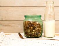 Granola в опарнике плодоовощ и бутылки молока Стоковые Изображения