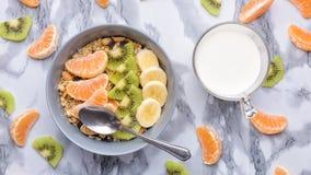 Granola здорового завтрака установленный с tangerines Стоковое фото RF