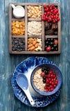 Granola, овсяная каша, ягоды, гайки, и сухофрукт для здорового взгляд сверху завтрака Стоковые Фото