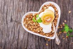 Granola с кусками яблока югурта и карамельки Стоковая Фотография