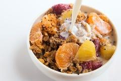 Granola с фруктовым салатом на белизне Стоковое Фото