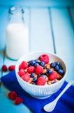 Granola с ягодами и миндалинами в шаре Стоковые Фотографии RF