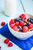 Granola с ягодами и миндалинами в шаре Стоковое Фото