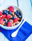 Granola с ягодами и миндалинами в шаре Стоковая Фотография