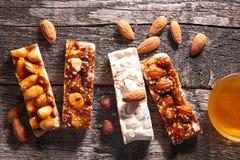 granola штанги предпосылки изолированный над белизной Стоковые Изображения