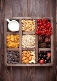 Granola, ягоды, гайки, сухофрукт и молоко Здоровая еда в деревянной коробке Взгляд сверху Стоковая Фотография RF