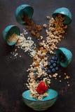 Granola, amandes, raisins secs et myrtilles - les ingrédients pour un petit déjeuner sain, vue en gros plan et supérieure sur  image libre de droits