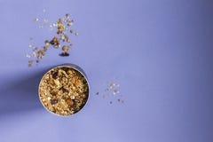 Granola auf dem Veilchen Stockfoto