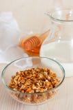 Granola avec du lait et le miel photographie stock