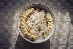 Granola avec du yaourt, le miel de banane et le cinamon à faible teneur en matière grasse Image libre de droits