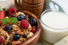 Granola avec du yaourt naturel, les myrtilles fraîches, les écrous et le miel, photo libre de droits