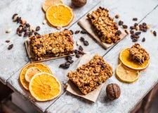 Granola bary cytrusy, masło orzechowe i suszący - owoc, zdrowy jedzenie Obraz Royalty Free