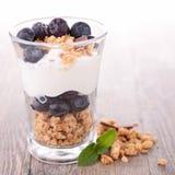 Granola, bayas y yogur fotos de archivo