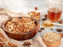 Granola casalingo in ciotola di legno con gli ingredienti - avena, dadi, uff fotografia stock libera da diritti