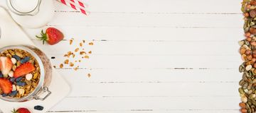 Granola casalingo in un barattolo di vetro su una tavola bianca Alimento sano fotografia stock libera da diritti