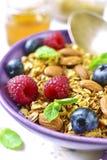 Granola caseiro com baga fresca para um café da manhã em uma BO roxa Fotos de Stock