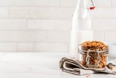 Granola caseiro com leite foto de stock