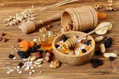 Granola con la harina de avena, las nueces, los frutos secos y la miel Imagen de archivo libre de regalías