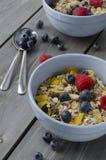 Granola con las bayas frescas Desayuno Foto de archivo libre de regalías