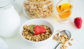 Granola con las fresas leche y Honey Breakfast Healthy Food fotos de archivo libres de regalías