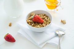 Granola con las fresas leche y Honey Breakfast Healthy Food imagen de archivo