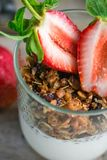 Granola con yogurt e le fragole fresche fotografie stock libere da diritti