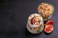 Granola con yogurt, le banane ed i fichi Copi lo spazio Fotografia Stock Libera da Diritti