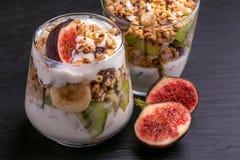 Granola con yogurt, le banane ed i fichi Copi lo spazio Fotografie Stock Libere da Diritti