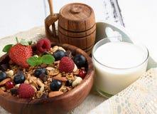 Granola con yogurt naturale, i mirtilli freschi, i dadi ed il miele, immagini stock libere da diritti
