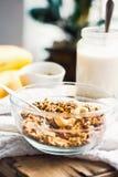 Granola de banane avec des anarcadiers et des fruits secs, plan rapproché photo stock