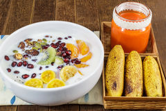 Granola del cioccolato con i dadi, i frutti della miscela, il succo di carota e del latte Immagini Stock Libere da Diritti