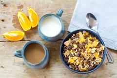 Granola del desayuno con leche, café y naranjas cortadas en un wea Imagen de archivo