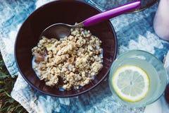 Granola in der Schüssel und im Glas Limonade lizenzfreies stockbild