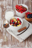 Granola e bagas frescas Imagens de Stock Royalty Free