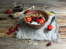 Granola e yogurt con le bacche per la prima colazione Fotografia Stock Libera da Diritti