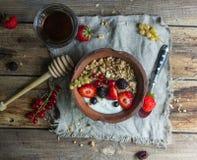 Granola e yogurt con le bacche per la prima colazione Fotografie Stock