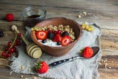 Granola e yogurt con le bacche per la prima colazione Immagini Stock