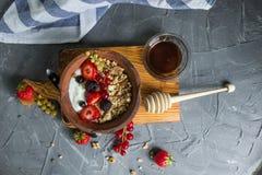 Granola e yogurt con le bacche per la prima colazione Fotografie Stock Libere da Diritti